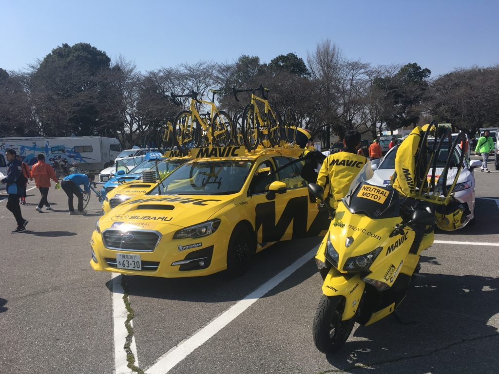 Mavic support cars parked