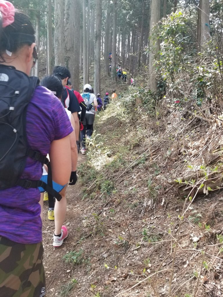 Trail crowded by runners and hikers