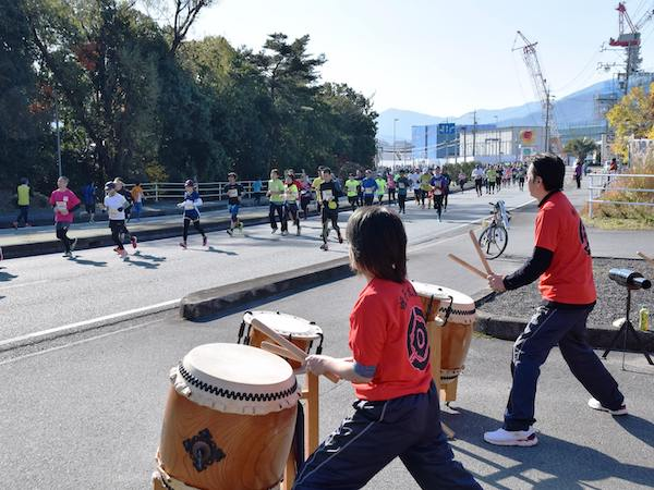 Taiko drummers supporting runners at the Ise Half Marathon