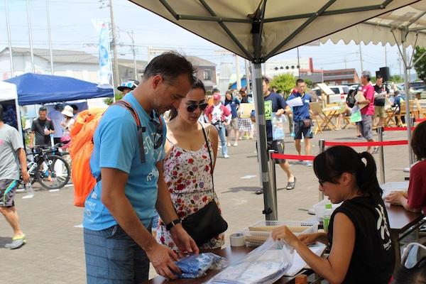 samurai sports registrants picking up race packet