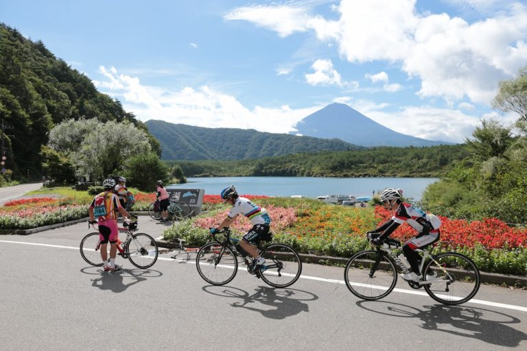 Fuji 360 - cyclists around lake