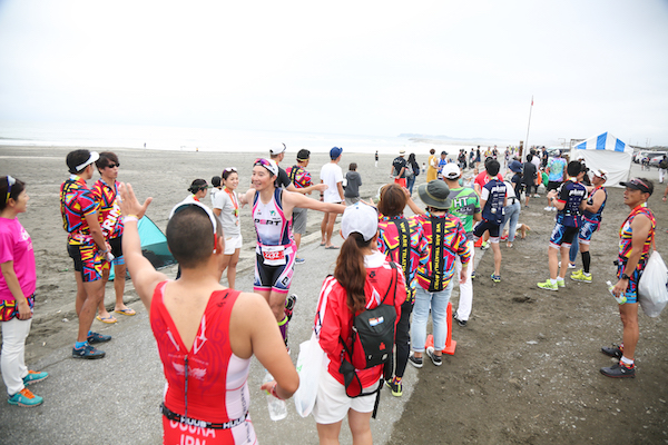 spectators high fiving runner during Kujukuri Triathlon