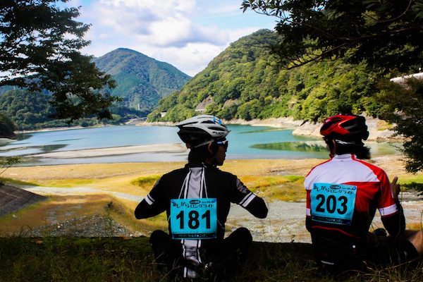 Ashigara Long Ride 3 - cyclists taking a break by the lake