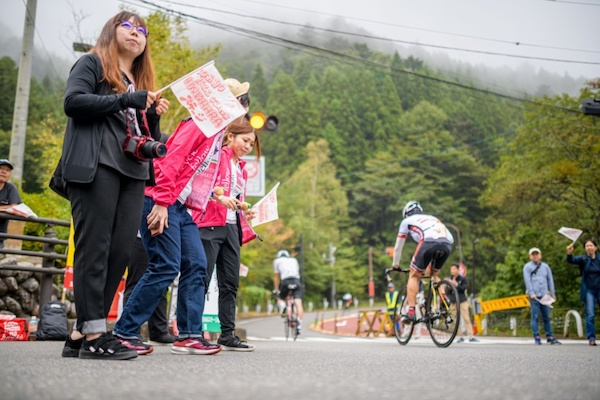 spectators cheering cyclist