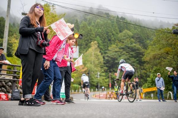 spectators cheering cyclist