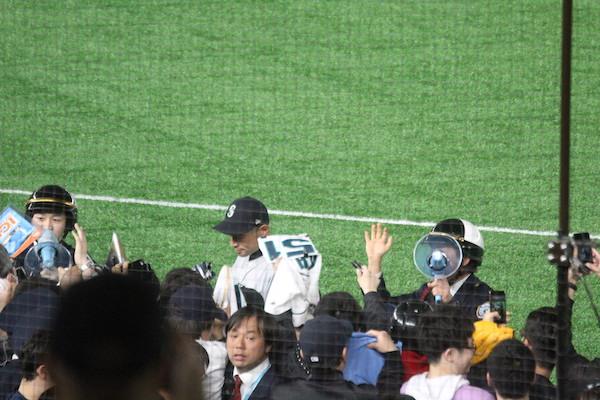 Ichiro signing autographs