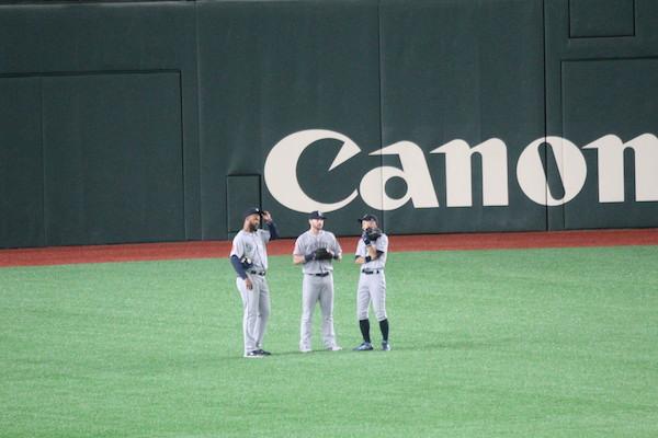 Ichiro talking to teammates