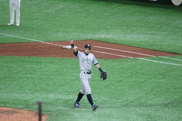 Ichiro waving to fans
