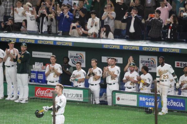 baseball players clapping for Ichiro
