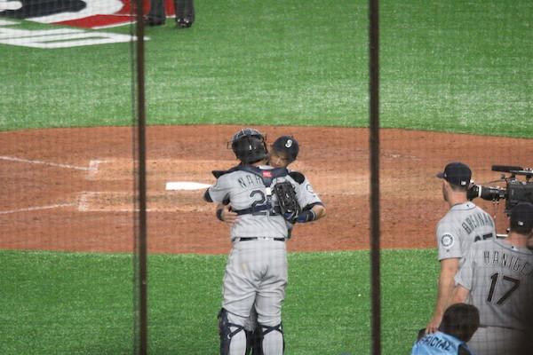 Ichiro hugging his teammate