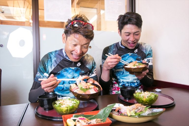 cyclist eating during Great Earth Tottori Ride