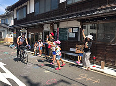 spectators cheering cyclist during great earth tottori ride