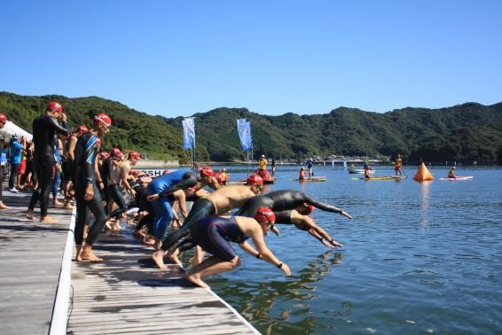 swimmers starting Susaki open water swim