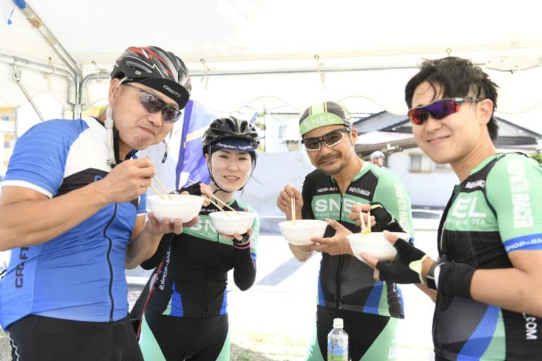 Cyclists enjoying Nagano food atTour de Utsukushigahara
