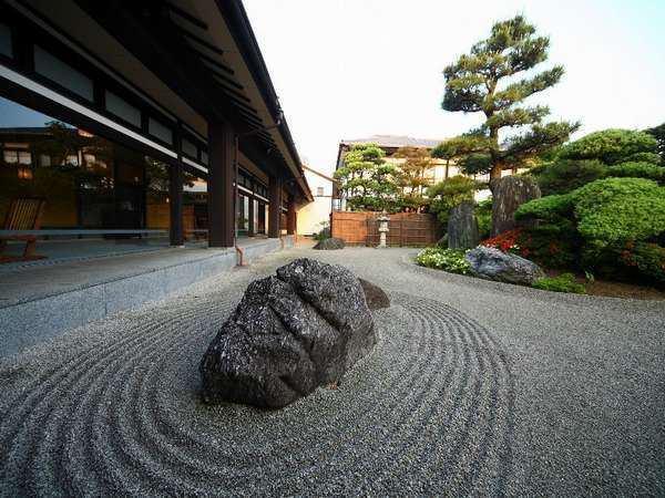 tomore ryokan courtyard